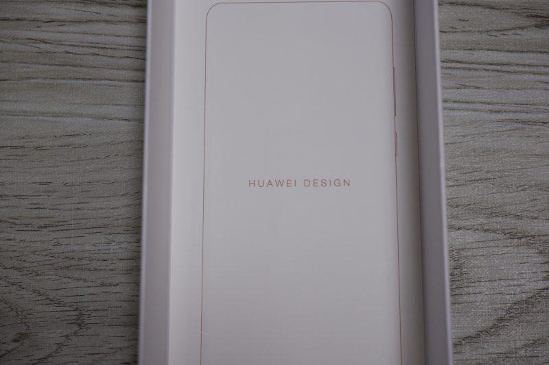 Huawei P30のパッケージの裏面にはどこかのメーカーと似ている文字