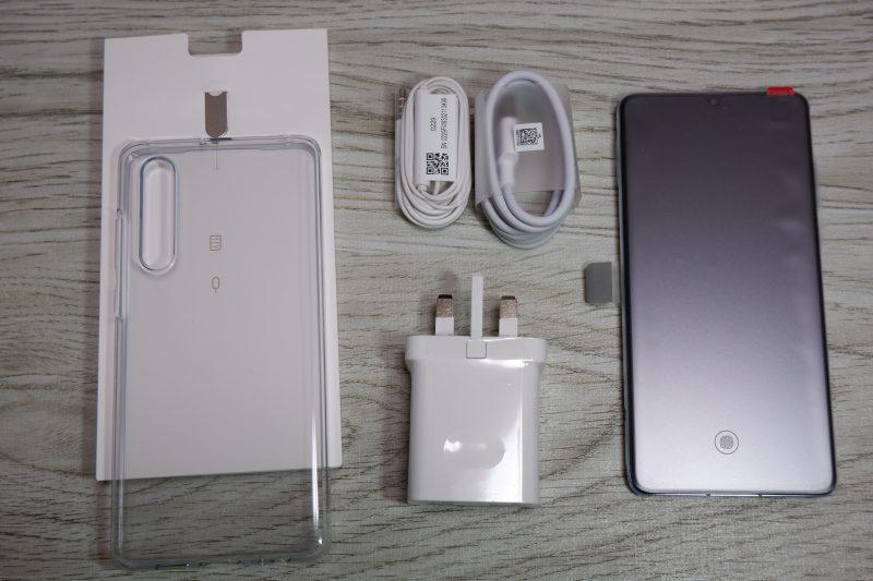 Huawei P30の本体と同梱品を全部並べてた